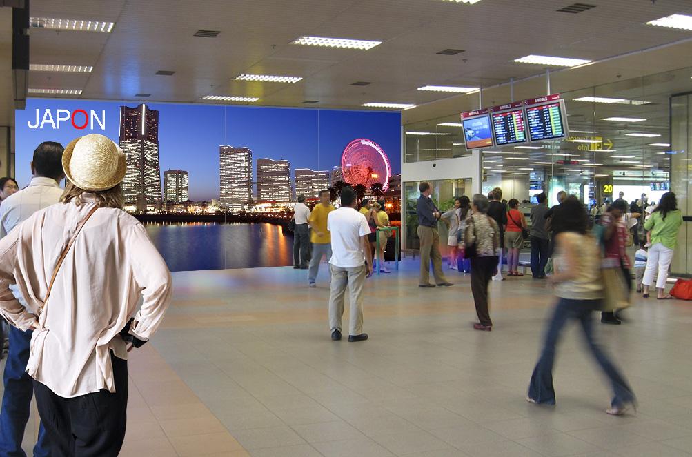 Zona de espera llegada de pasajeros con fachada interactiva
