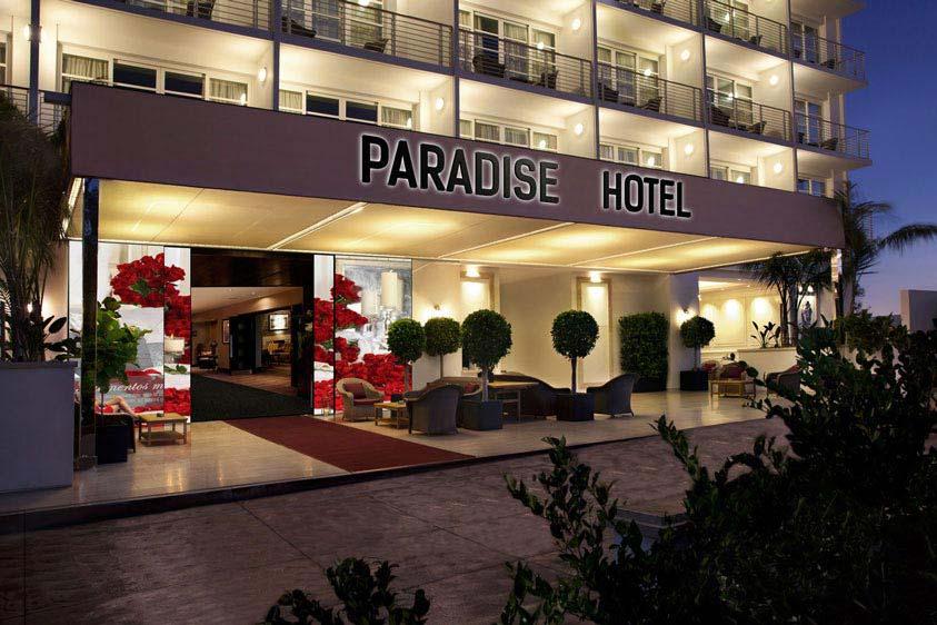 Puerta principal de hotel con fachada interactiva abierta