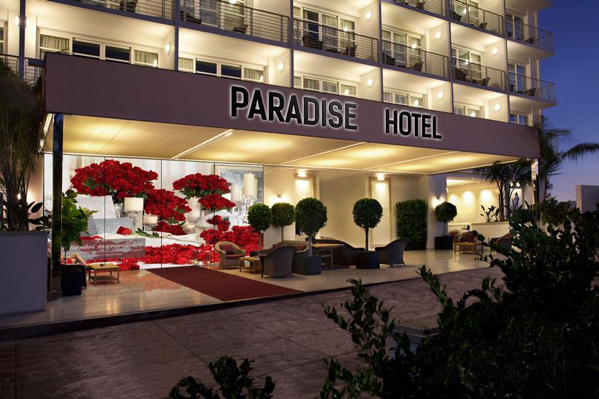 Entrada principal al hotel con fachada interactiva